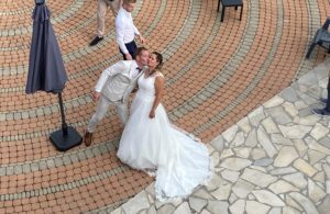 Jeunes mariés sur la terrasse de la Résidence Romaric