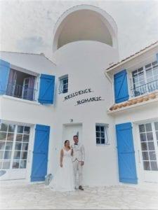 Jeunes mariés devant la Résidence Romaric - Jard sur Mer