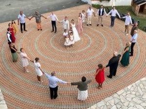 Jeunes mariés et les invités du mariage sur la terrasse de la Résidence Romaric
